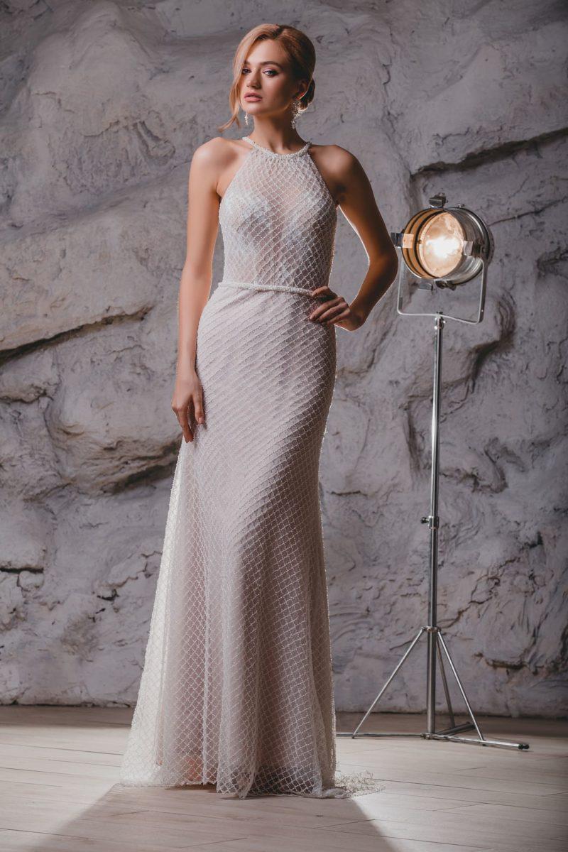 Прямое свадебное платье с американской проймой и бисером.