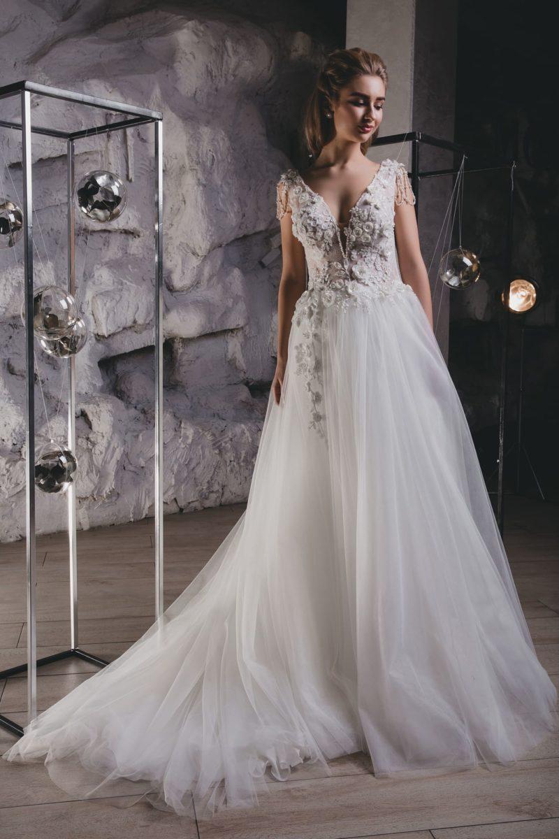 Пышное свадебное платье с экстравагантной отделкой и открытой спиной.