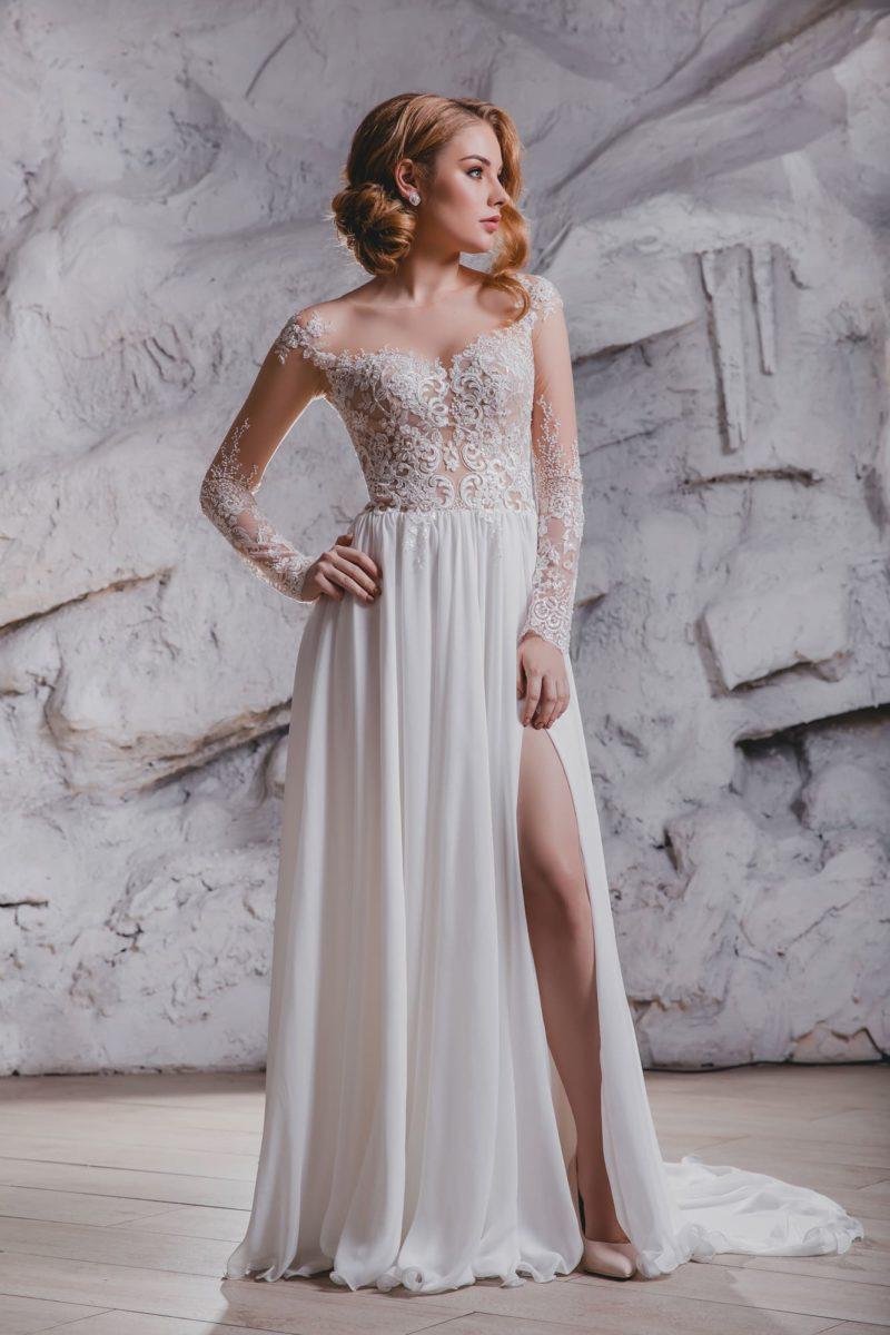 Прямое свадебное платье с длинным рукавом и шикарным шлейфом.
