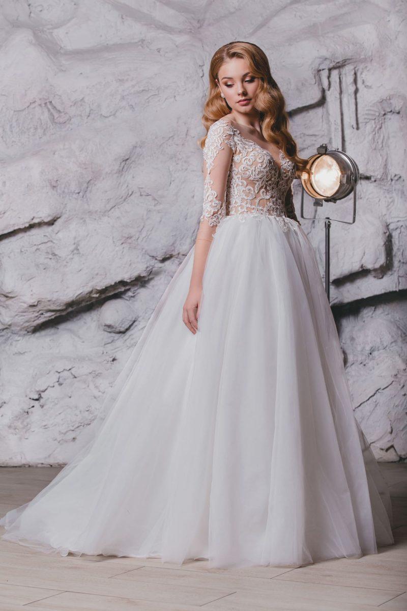 Свадебное платье с длинным рукавом и чарующим силуэтом.