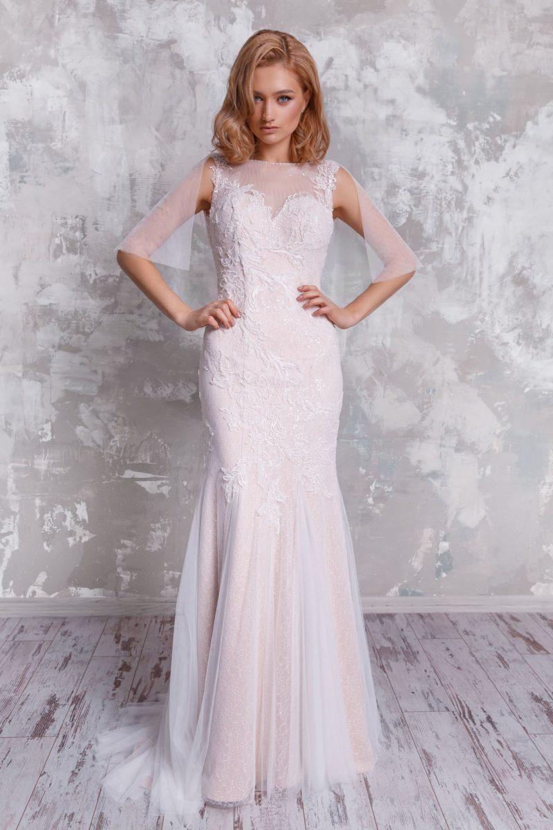 Облегающее вечернее платье с открытой спинкой и тонким рукавом.