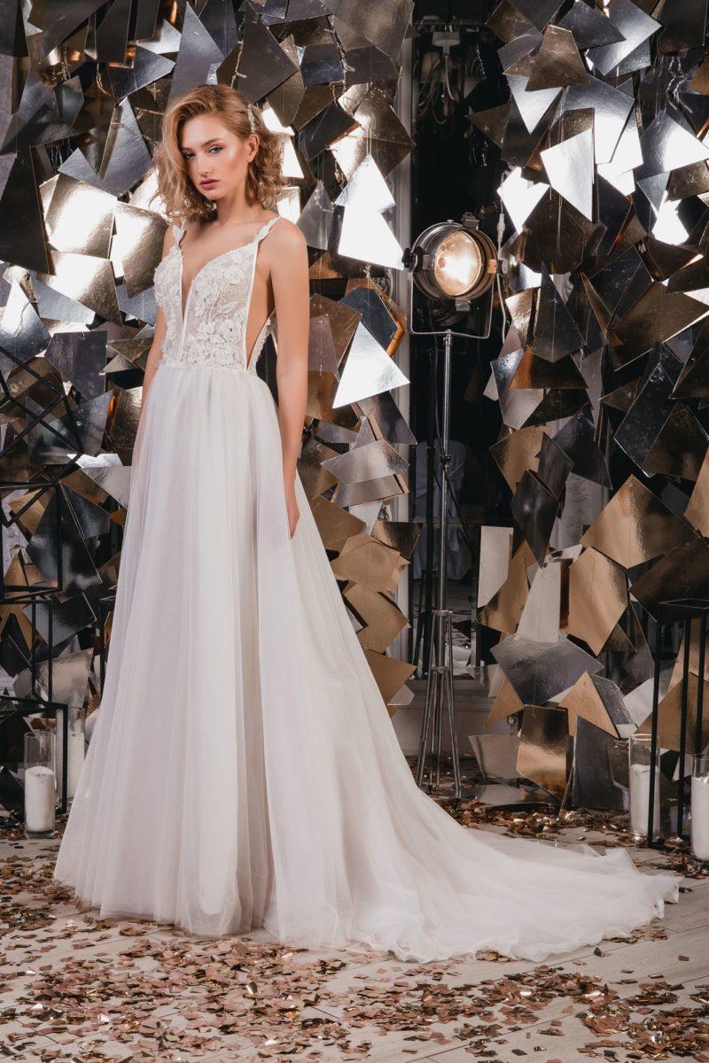 Открытое свадебное платье с вырезами по бокам лифа и шлейфом.