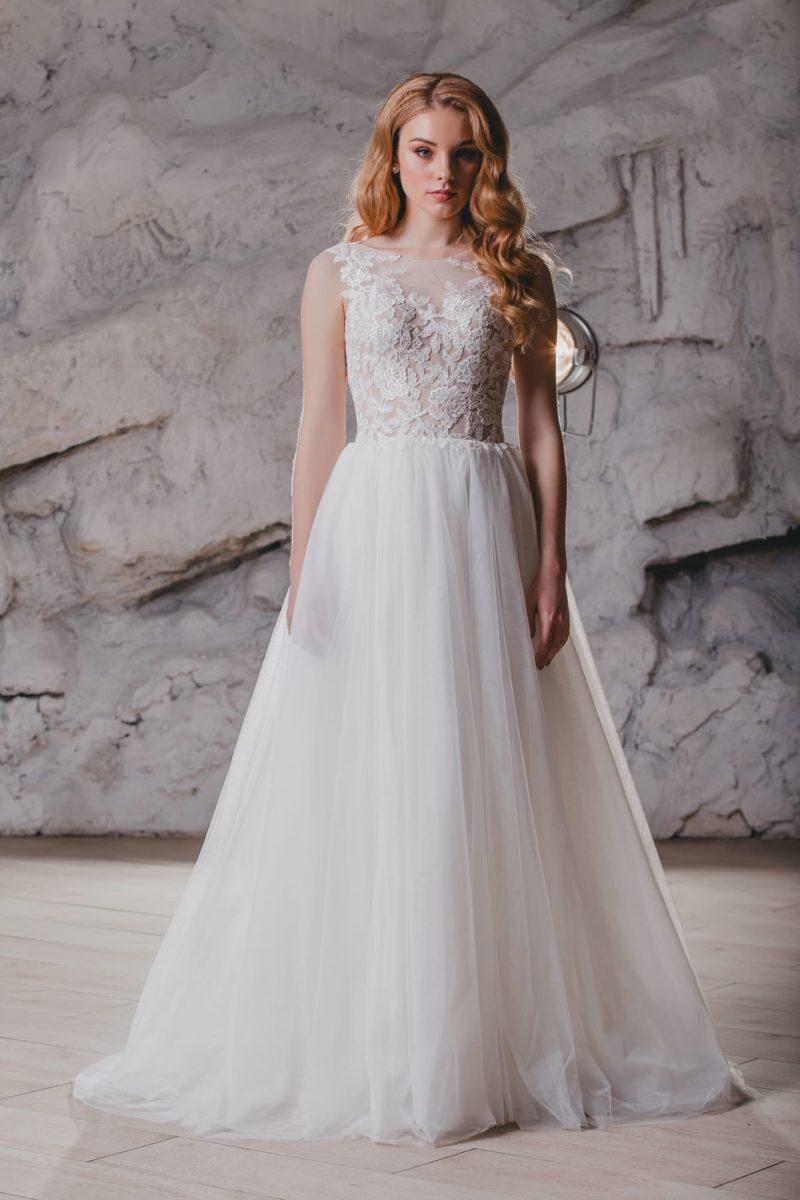 Пышное свадебное платье с элегантным кружевным лифом.