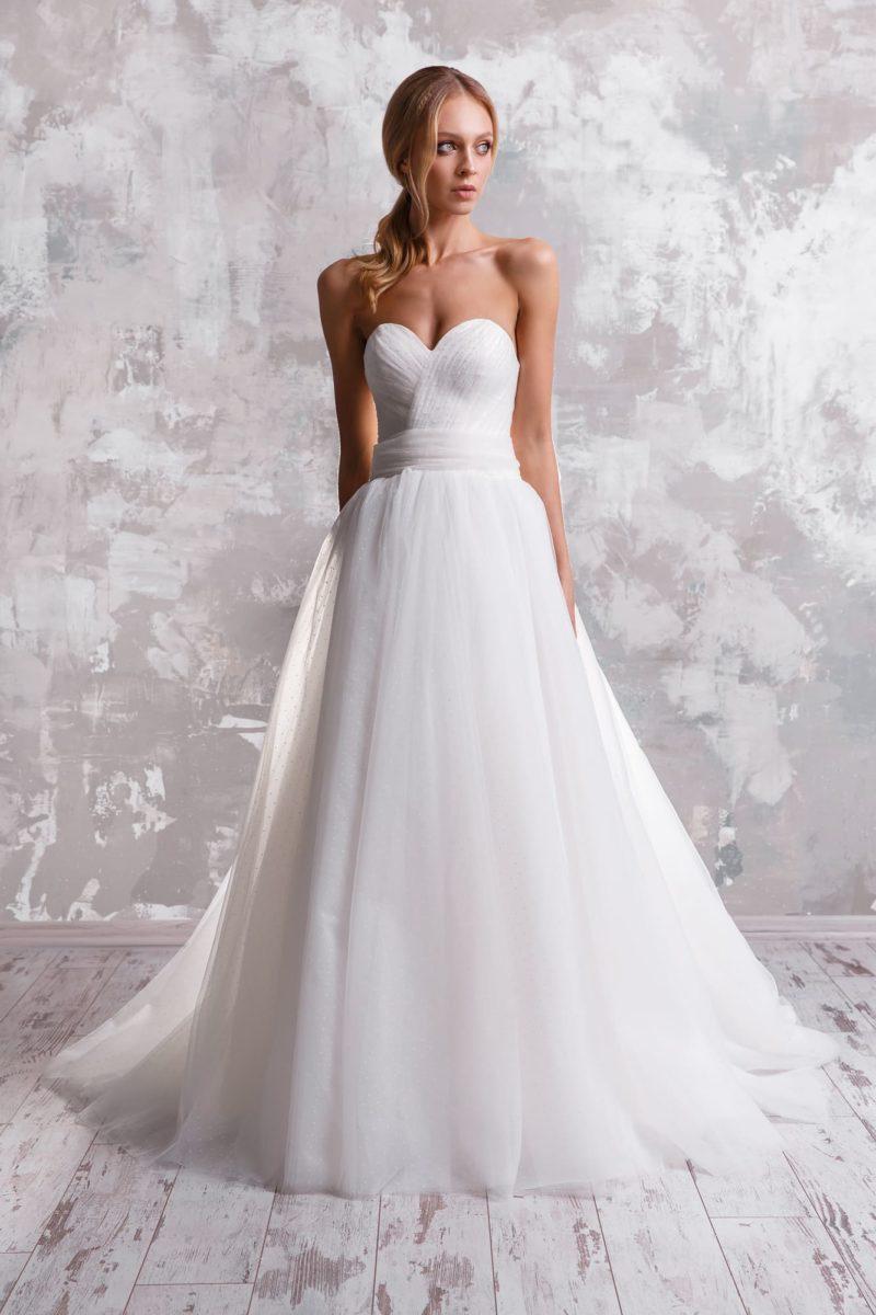 Открытое свадебное платье с большим бантом на спинке.
