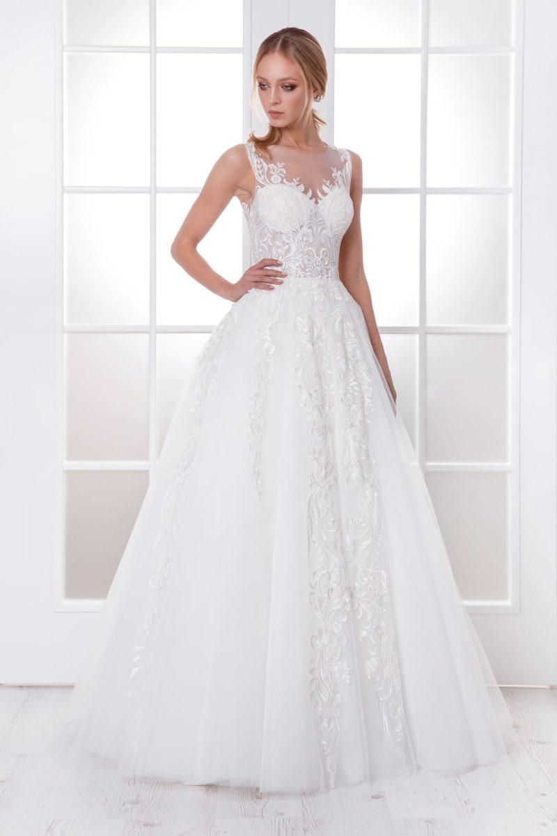 Свадебное платье с вставкой над лифом и пышной юбкой.