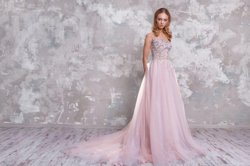 Розовое свадебное платье с вырезом сзади и шлейфом.
