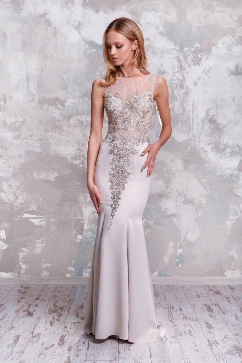 Облегающее свадебное платье с открытой спиной и глянцевым декором.
