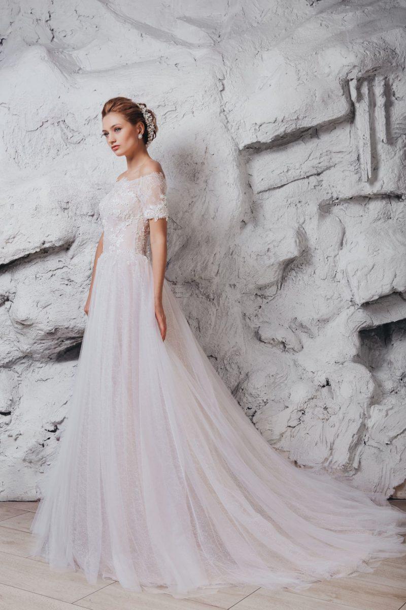 Свадебное платье цвета айвори с портретным декольте и шлейфом.