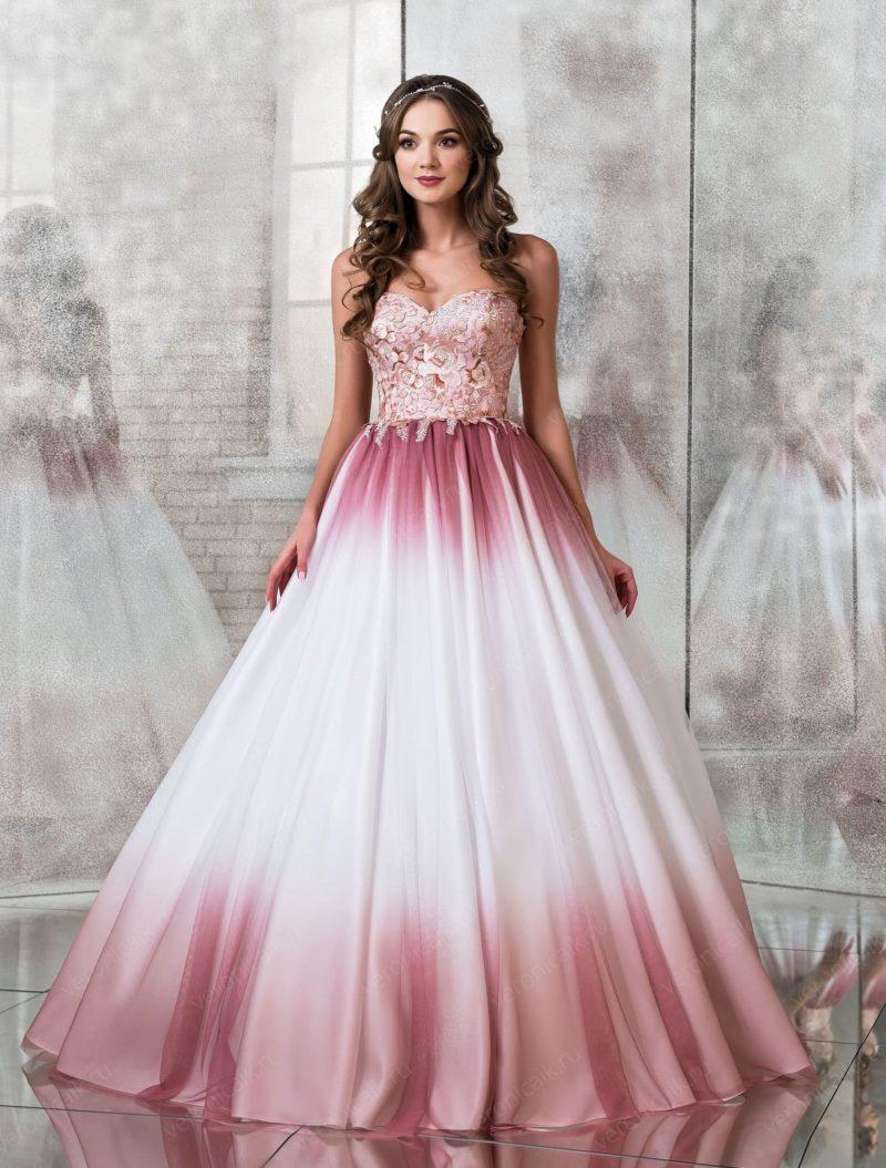 Цветное свадебное платье с открытым корсетом.