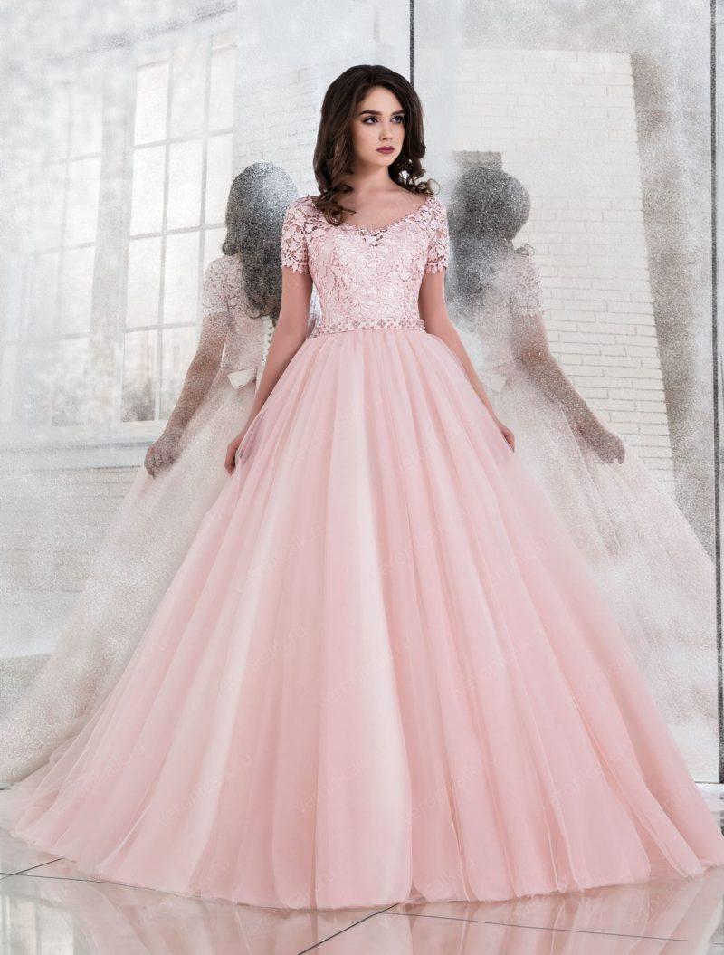 Пышное свадебное платье розового цвета с коротким рукавом.