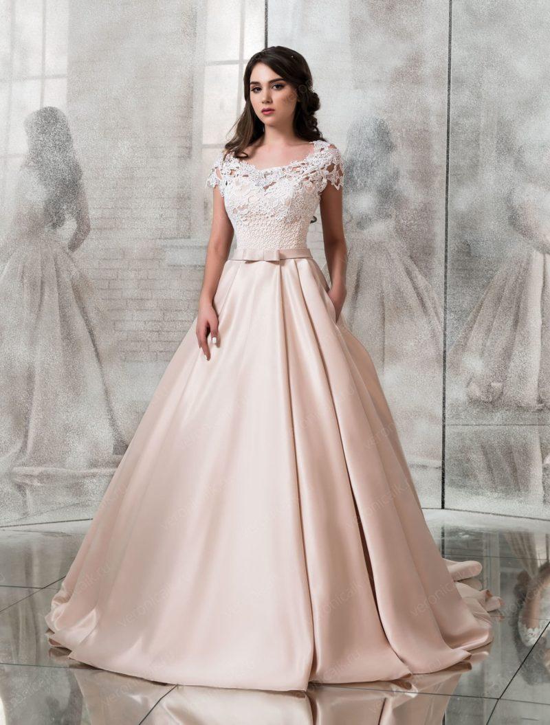 Атласное свадебное платье с кружевным лифом и длинным шлейфом.