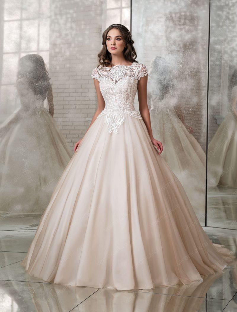 Пышное свадебное платье цвета айвори с коротким рукавом.