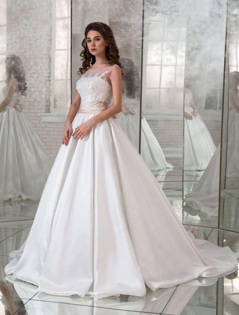 Атласное свадебное платье с широким розовым поясом.