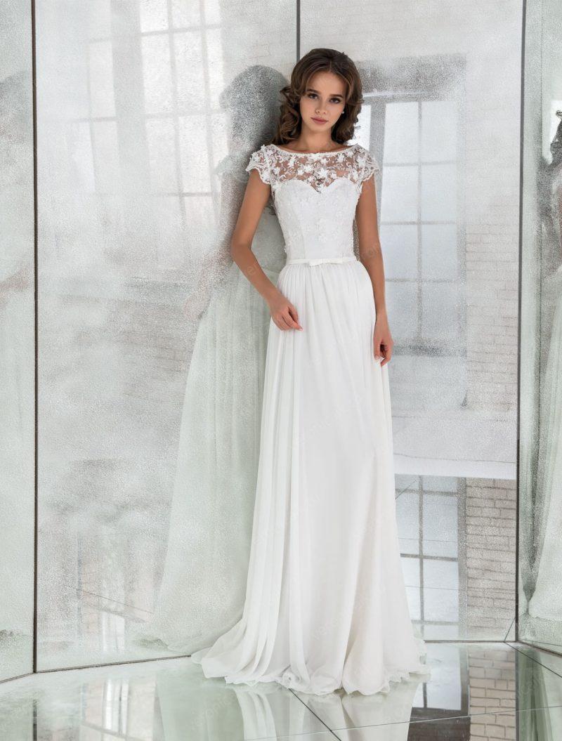 Прямое свадебное платье с коротким рукавом и узким поясом.