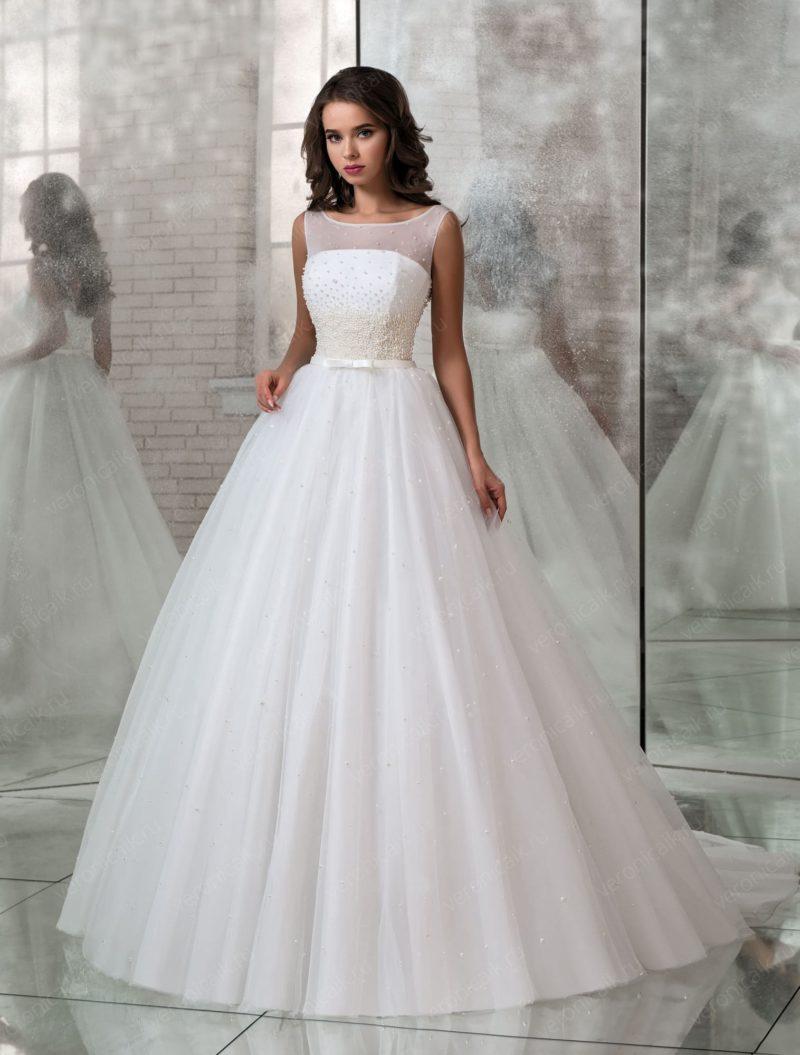 Свадебное платье с бисерным декором и пышной юбкой.