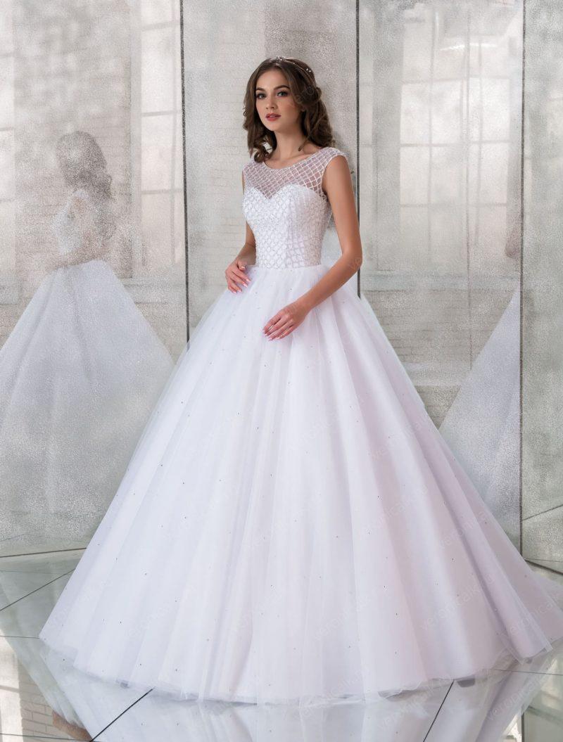 Пышное свадебное платье с лифом, покрытым бисером.