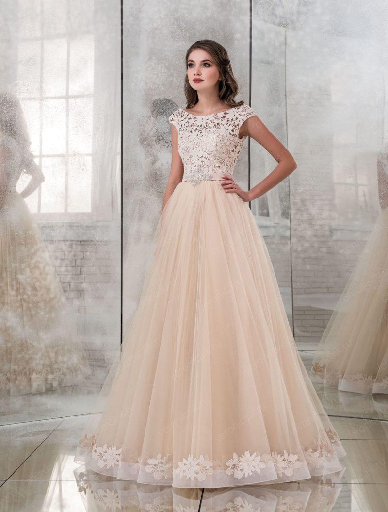 Персиковое свадебное платье с кружевным лифом без рукава.