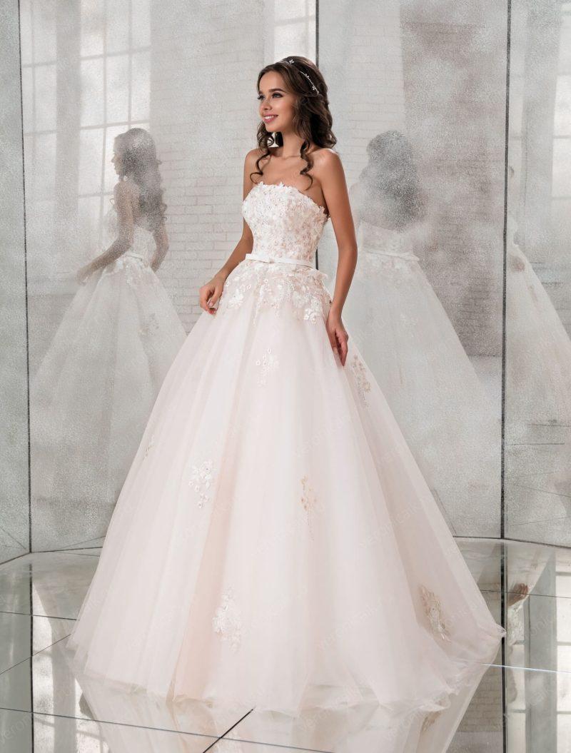 Розовое свадебное платье пышного кроя с прямым вырезом.