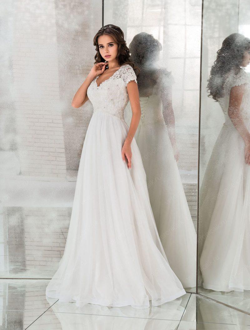 Ампирное свадебное платье с коротким рукавом и открытой спиной.