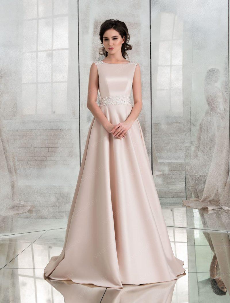 Пудровое атласное свадебное платье с бантами сзади.