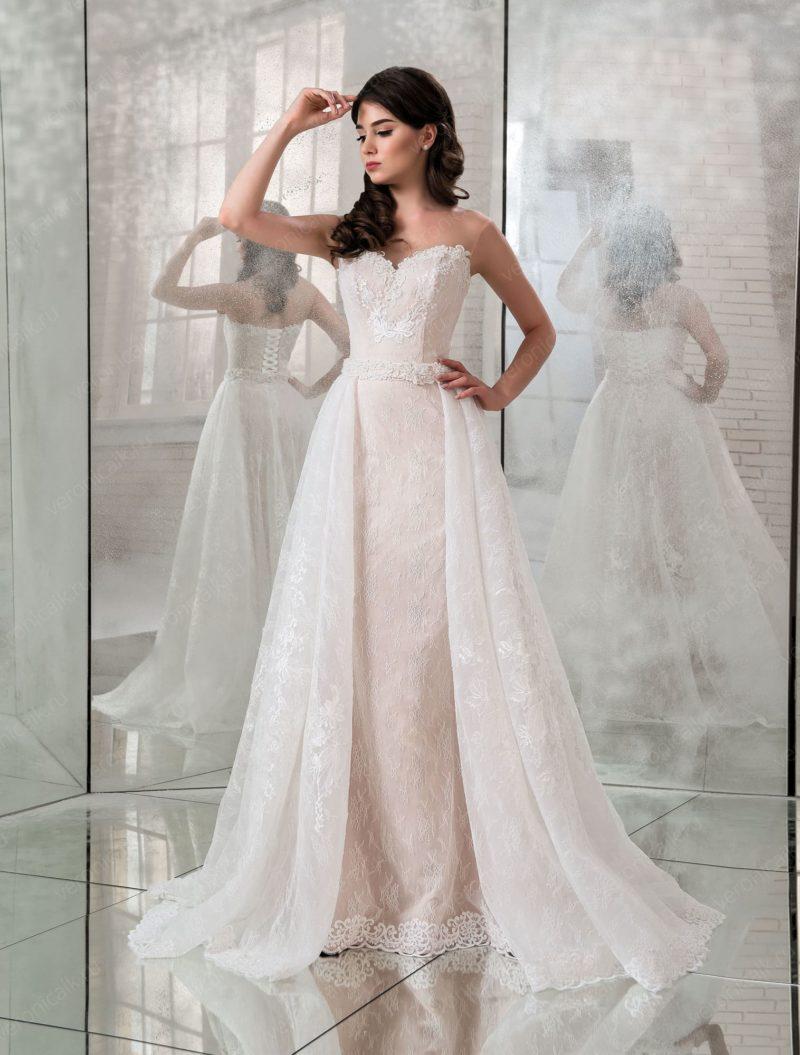 Свадебное платье с пышным шлейфом и открытым вырезом.