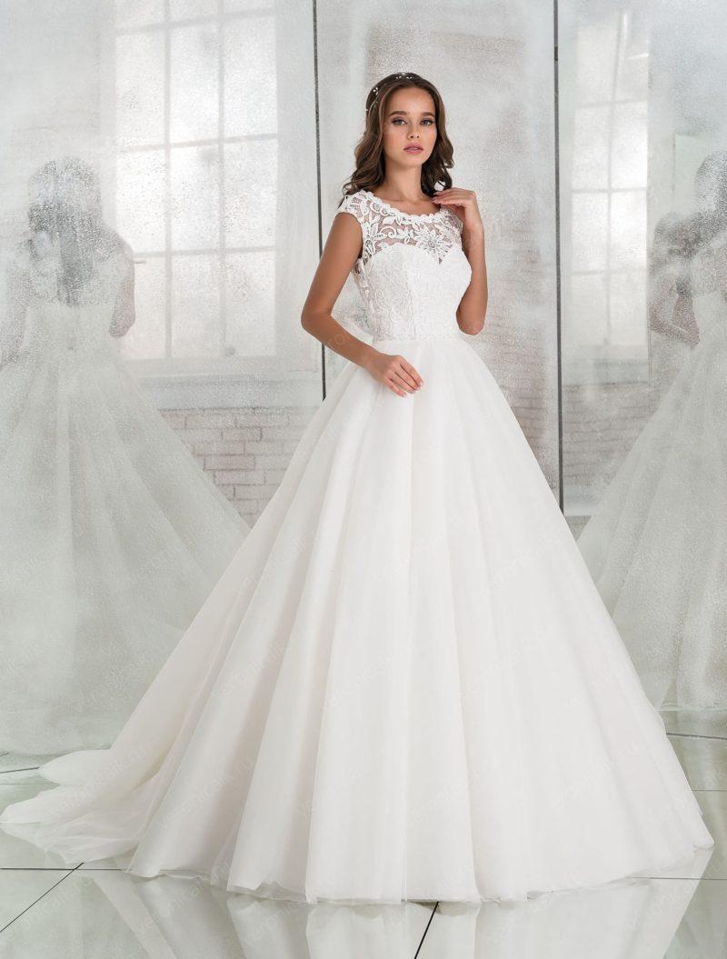 Традиционное свадебное платье пышного кроя с кружевным лифом.