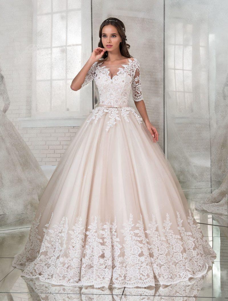 Пышное свадебное платье с рукавом до локтя и бежевой юбкой.