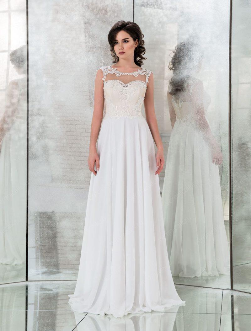Прямое свадебное платье с корсетом цвета слоновой кости.