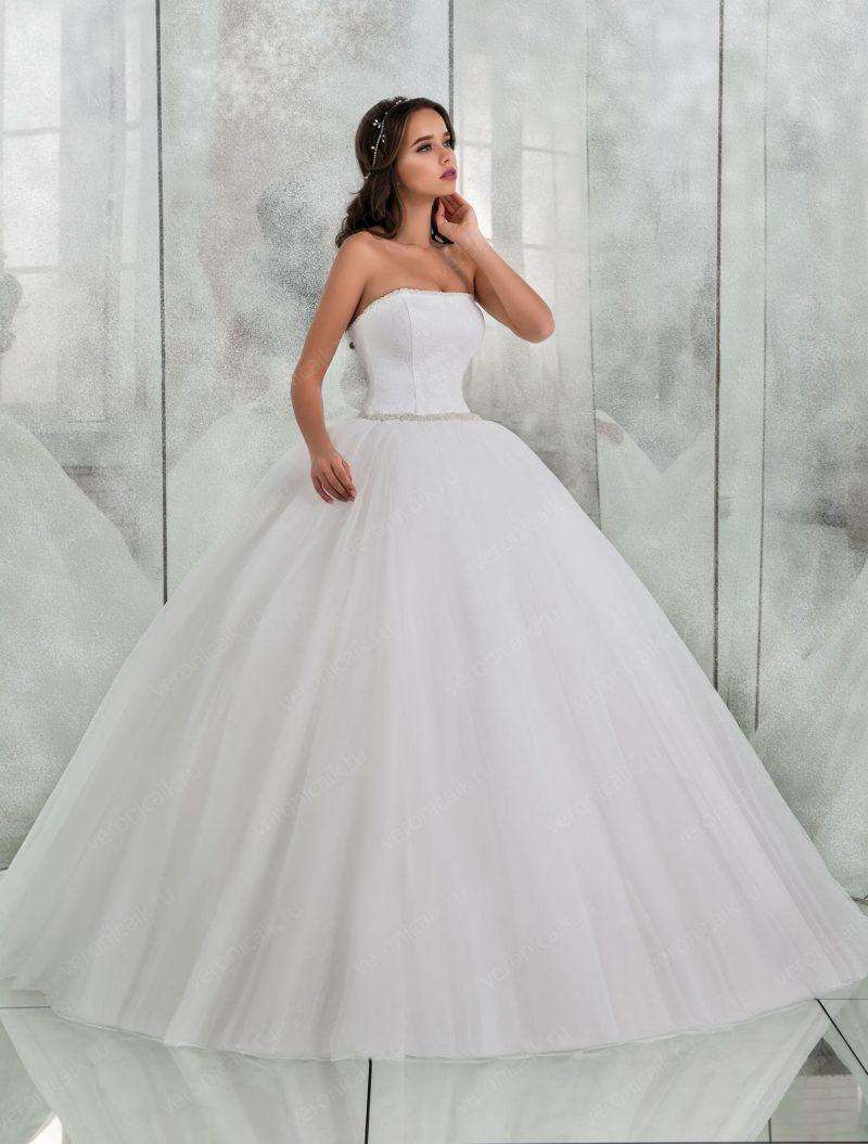 Шикарное свадебное платье пышного кроя с прямым вырезом.