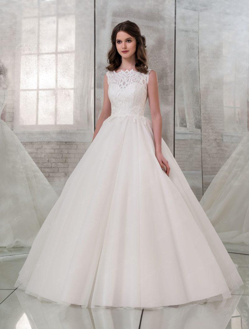 Пышное кружевное свадебное платье без рукавов.
