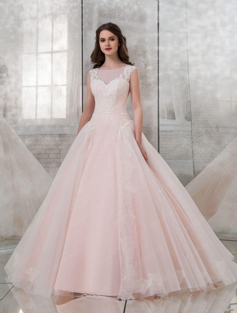 Розовое свадебное платье пышного силуэта с закрытым лифом.