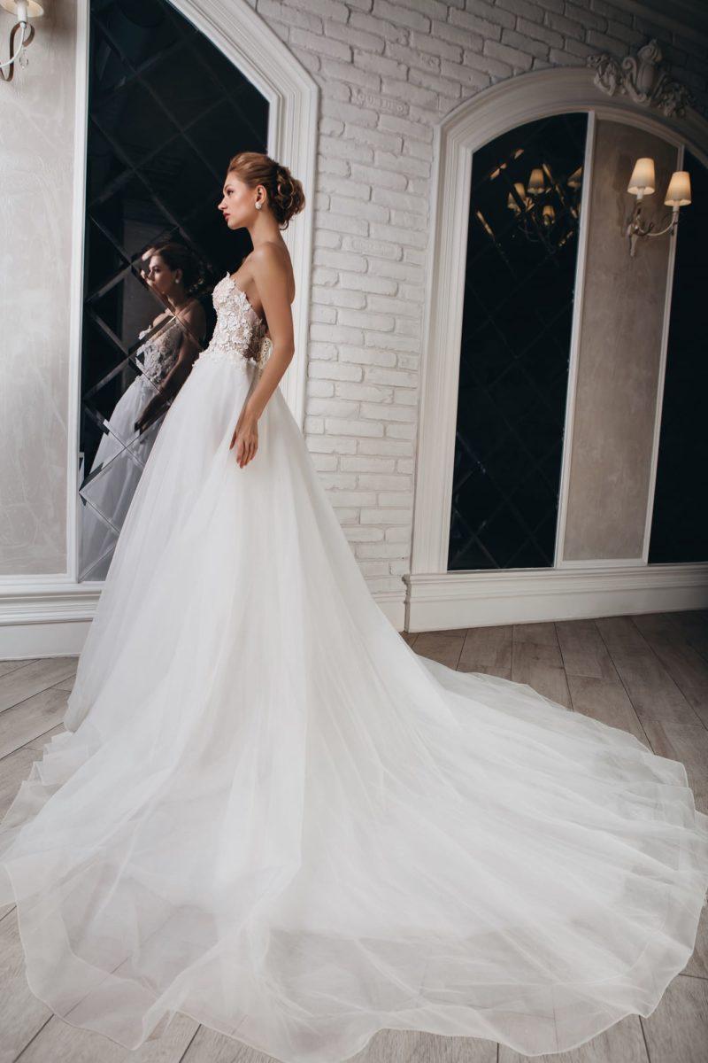 Открытое свадебное платье с объемной отделкой корсета.