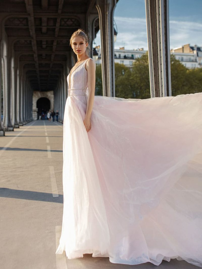 Розовое свадебное платье прямого кроя с открытым лифом.