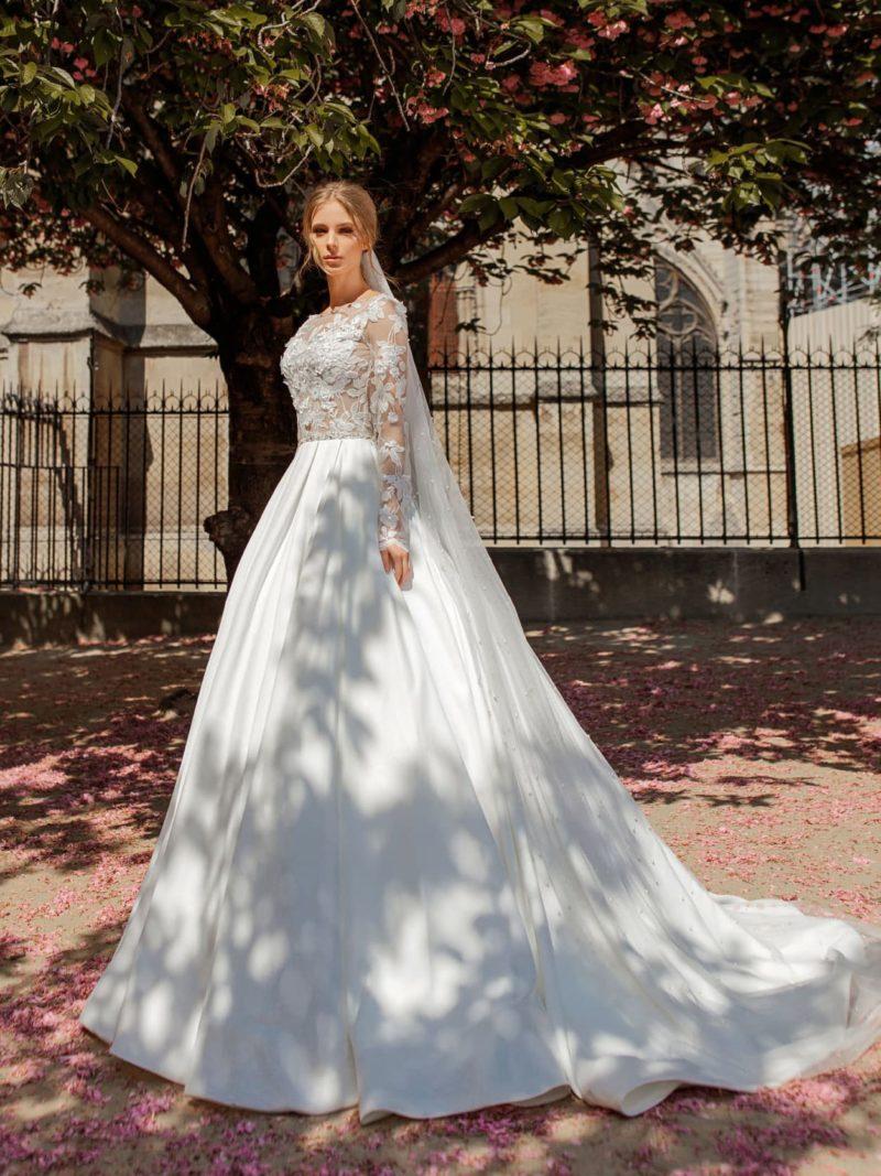 Роскошное пышное свадебное платье с длинным кружевным рукавом.