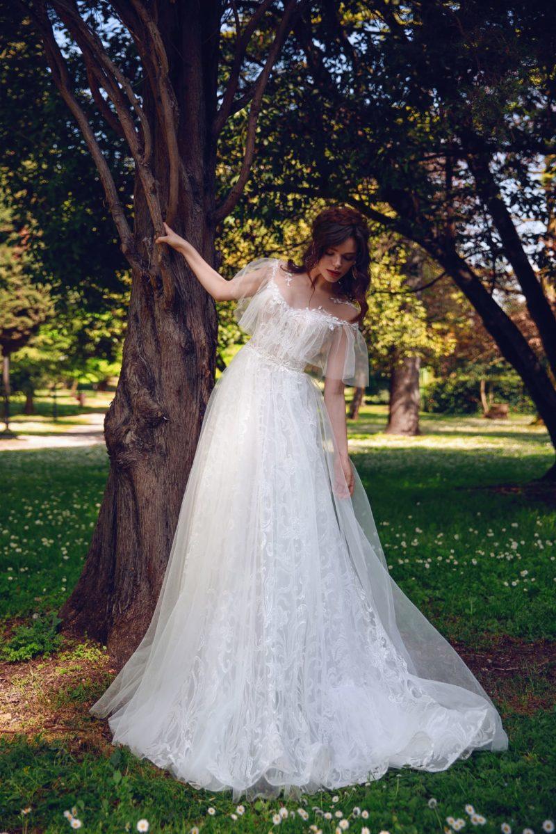 Романтичное свадебное платье с оборками на лифе и кружевом.