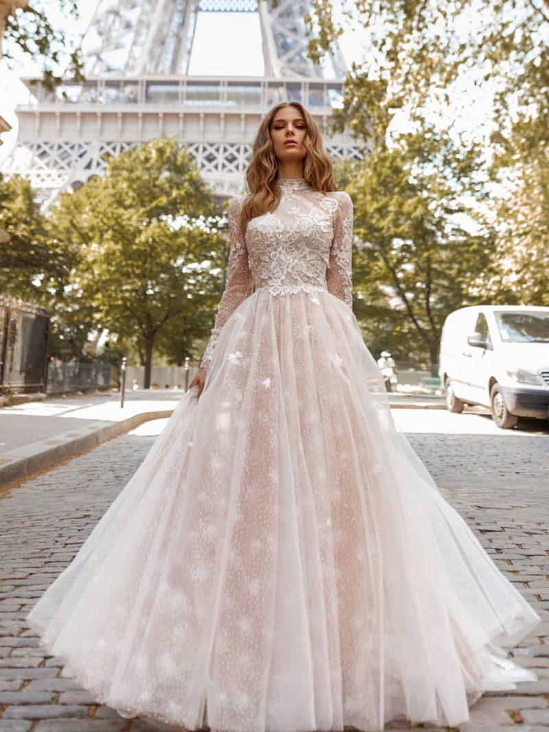 Свадебное платье с закрытым лифом и воздушным подолом.