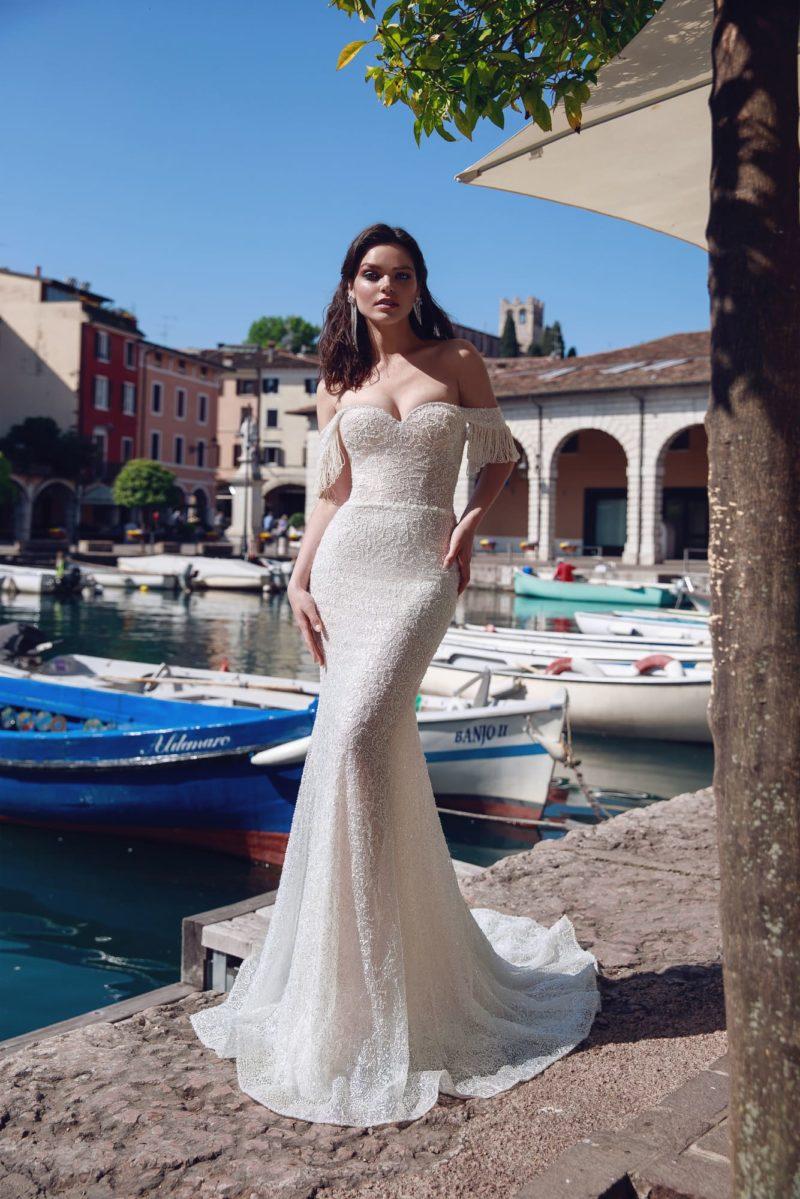 Облегающее свадебное платье айвори с открытым лифом с оборками.