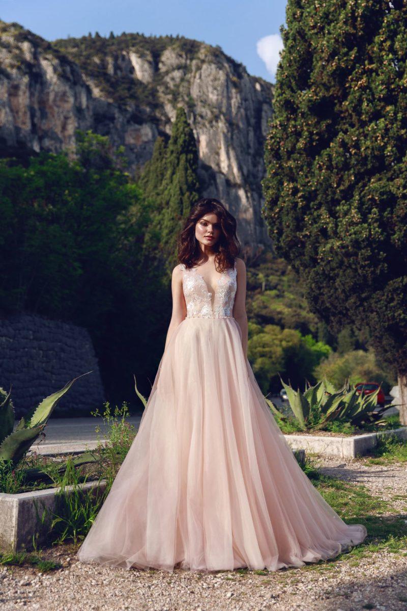 Персиковое свадебное платье с глубоким вырезом и аппликациями.