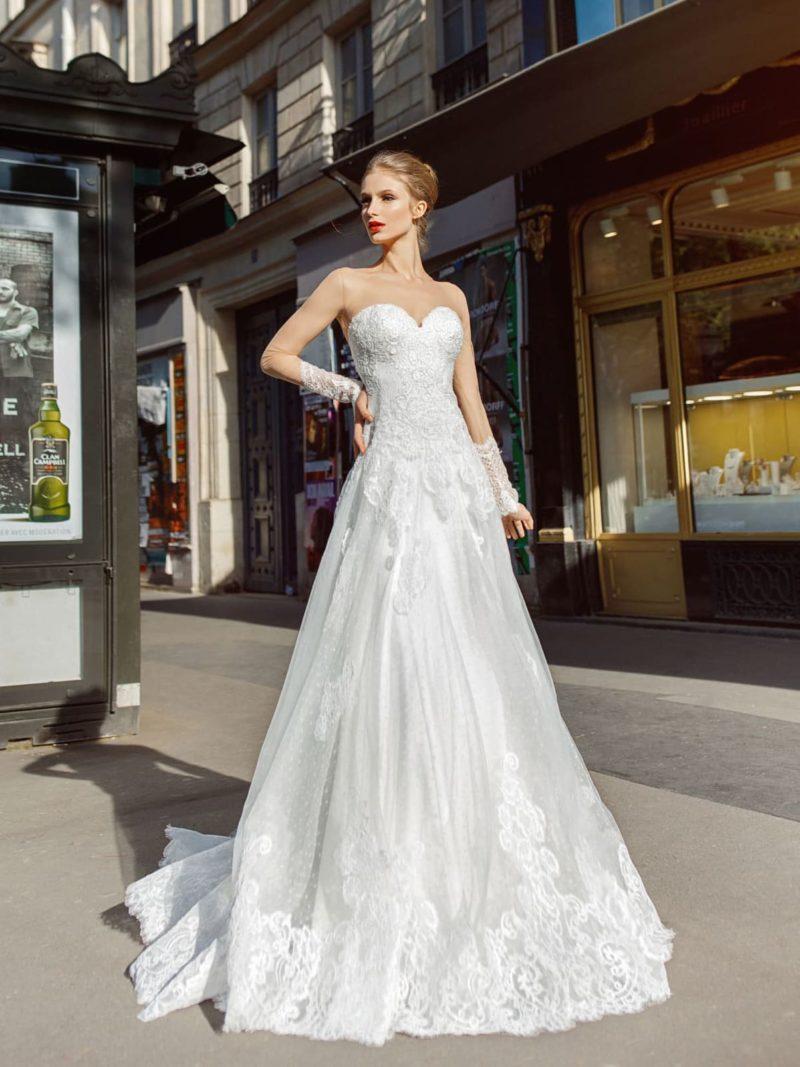 Свадебное платье с длинным рукавом и атласной подкладкой.