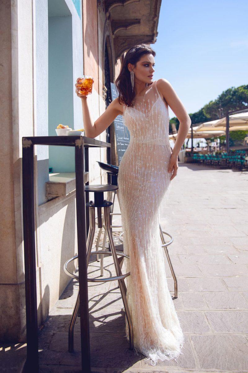 Бежевое свадебное платье «русалка» с открытой спинкой.
