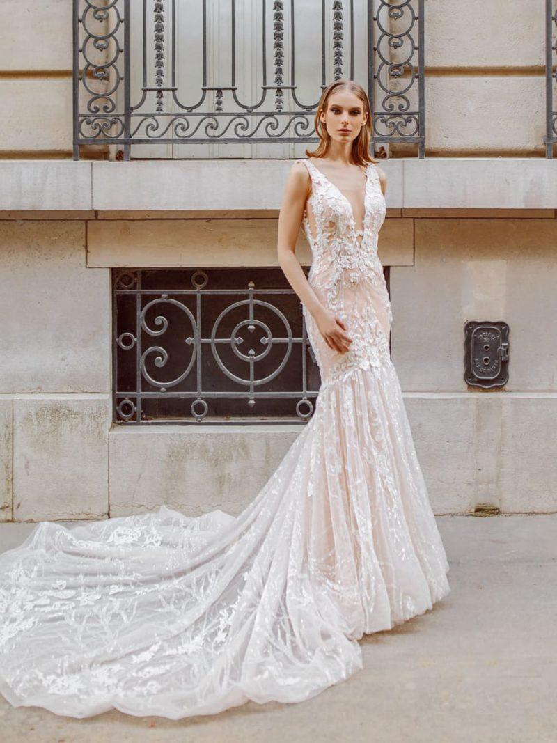 Персиковое свадебное платье «русалка» с прозрачным шлейфом.