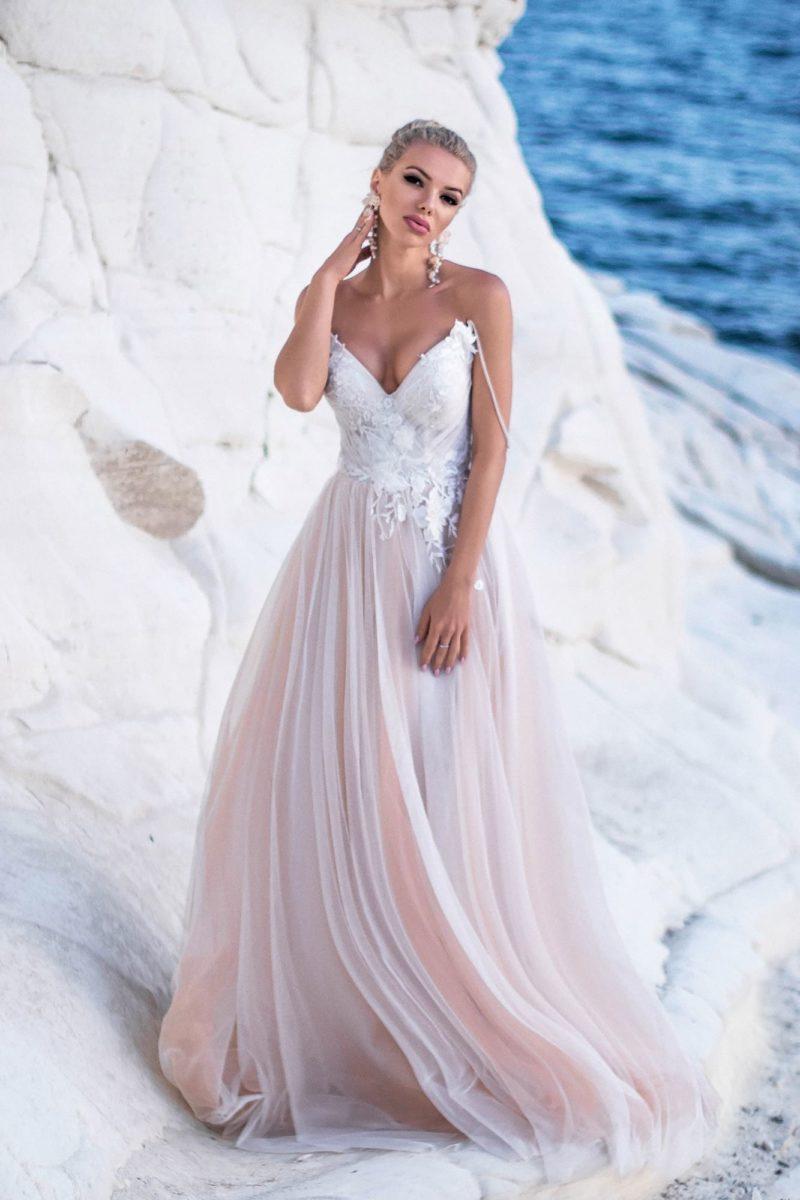 Свадебное платье с розовой юбкой и открытым лифом на бретелях.