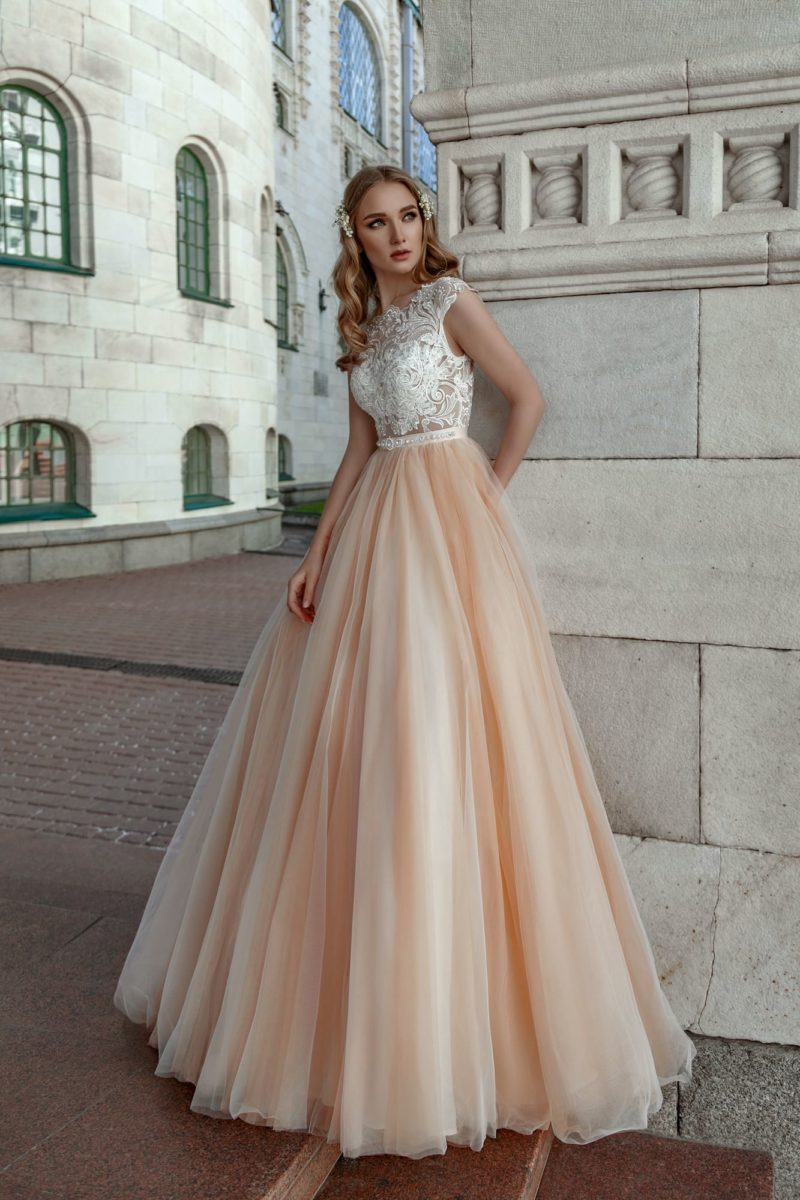 Пышное свадебное платье с юбкой персикового цвета и атласным поясом.