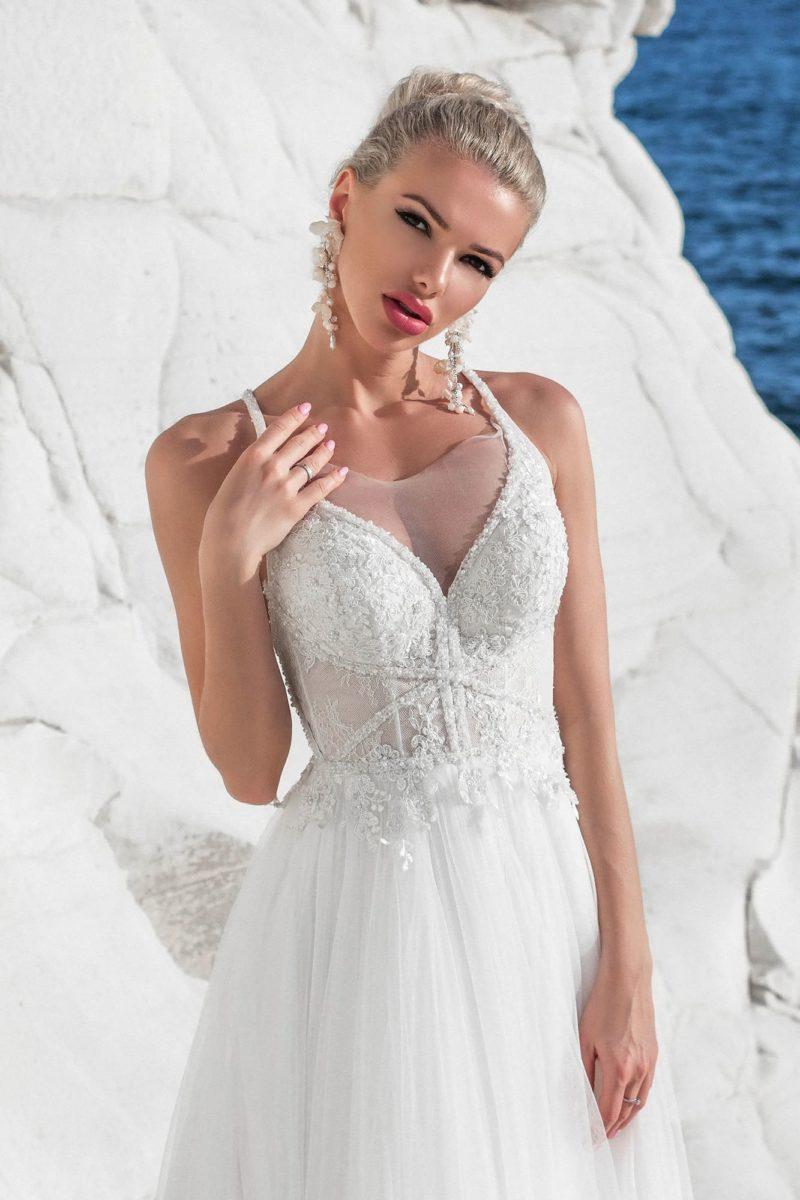 Свадебное платье с сияющим декором и открытой спинкой.