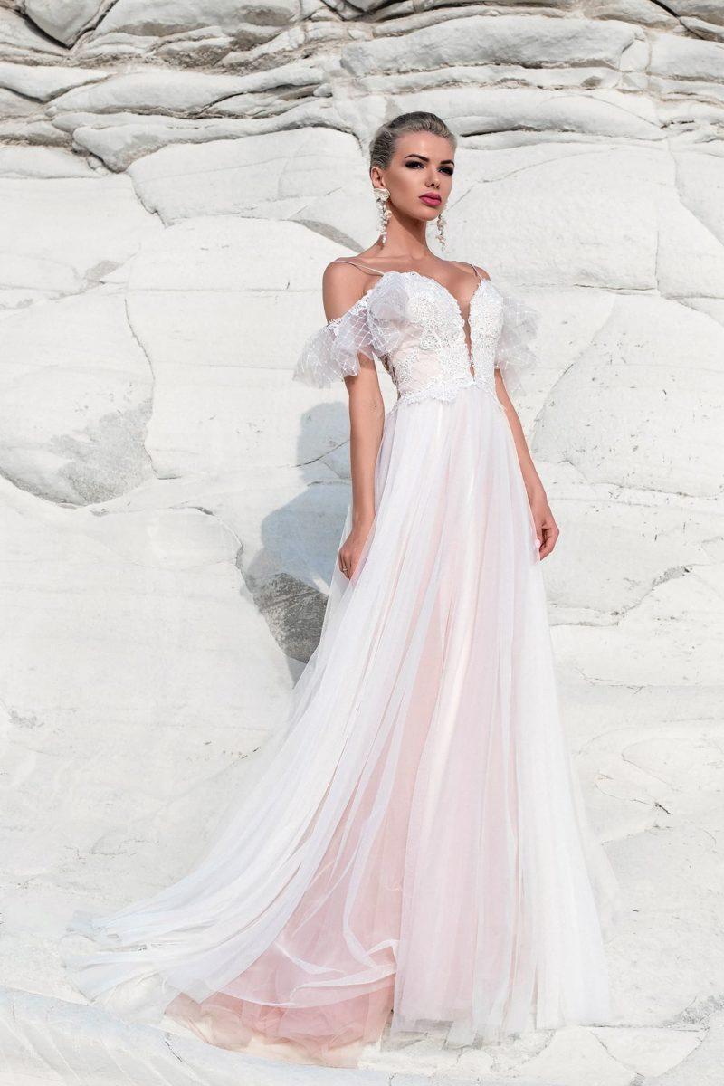 Розово-белое свадебное платье с открытым лифом на бретелях.