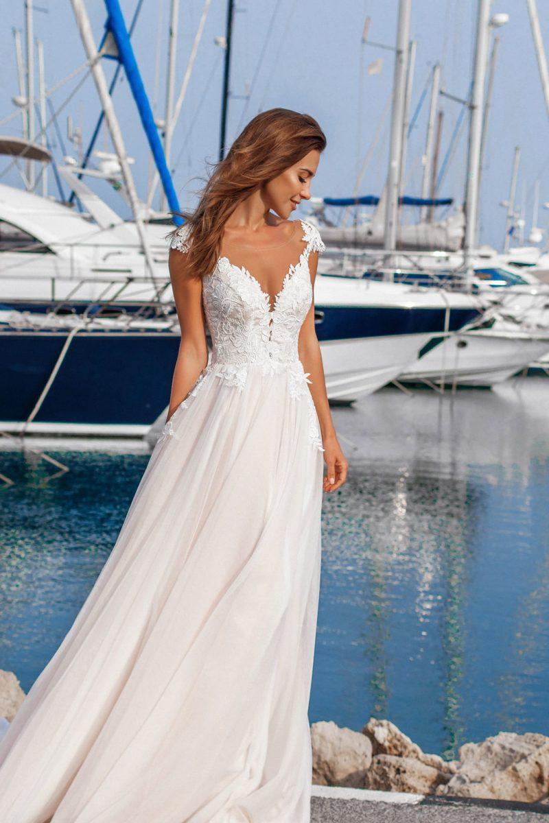 Прямое свадебное платье с кружевным лифом с глубоким вырезом.