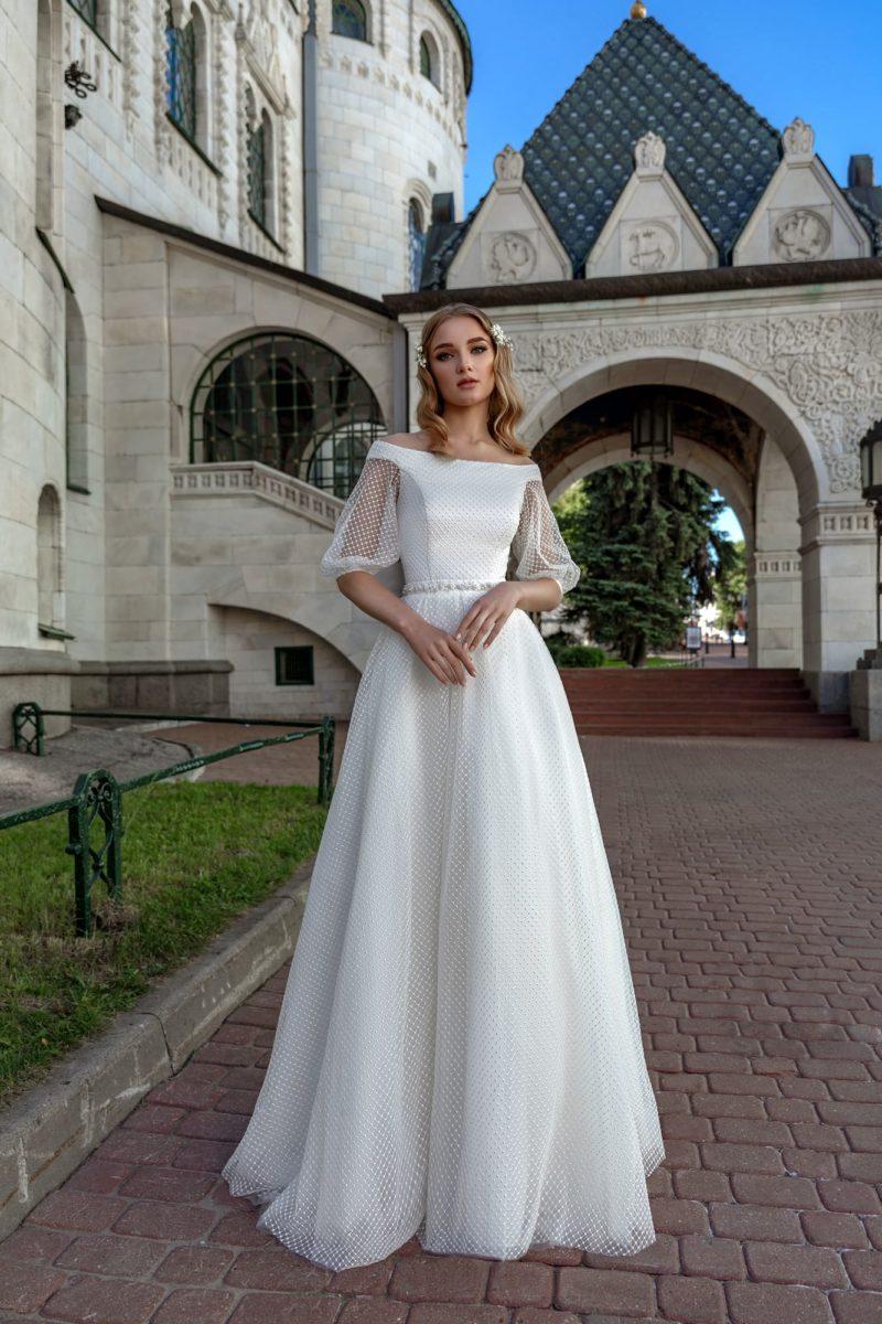 Торжественное свадебное платье с сетчатой отделкой и портретным вырезом.