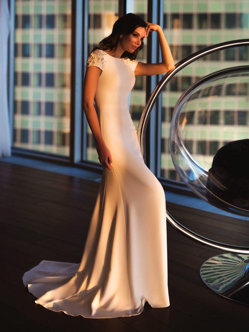 Прямое свадебное платье пудрового оттенка с бисерной отделкой на рукавах.