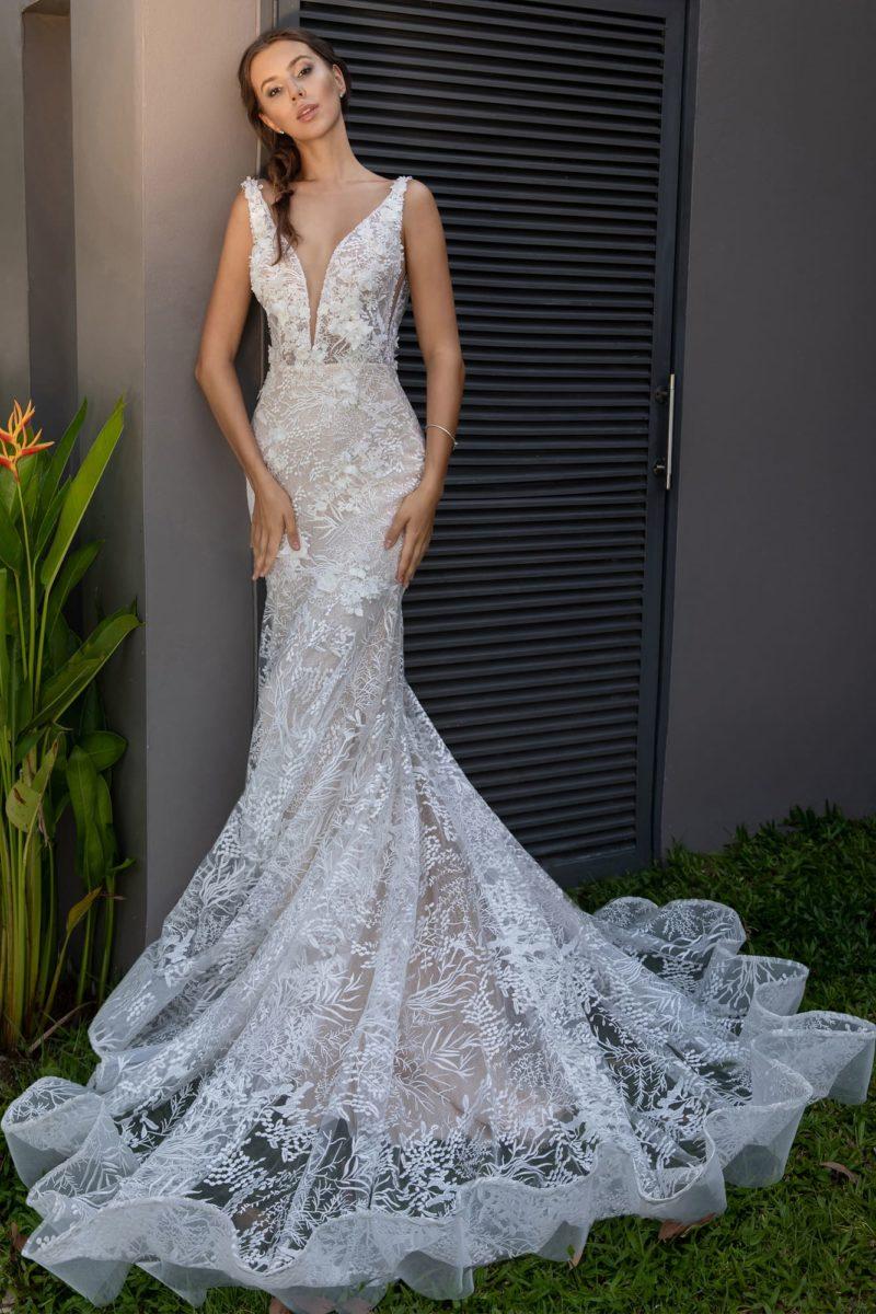 Облегающее свадебное платье с глубоким вырезом и кружевным декором.