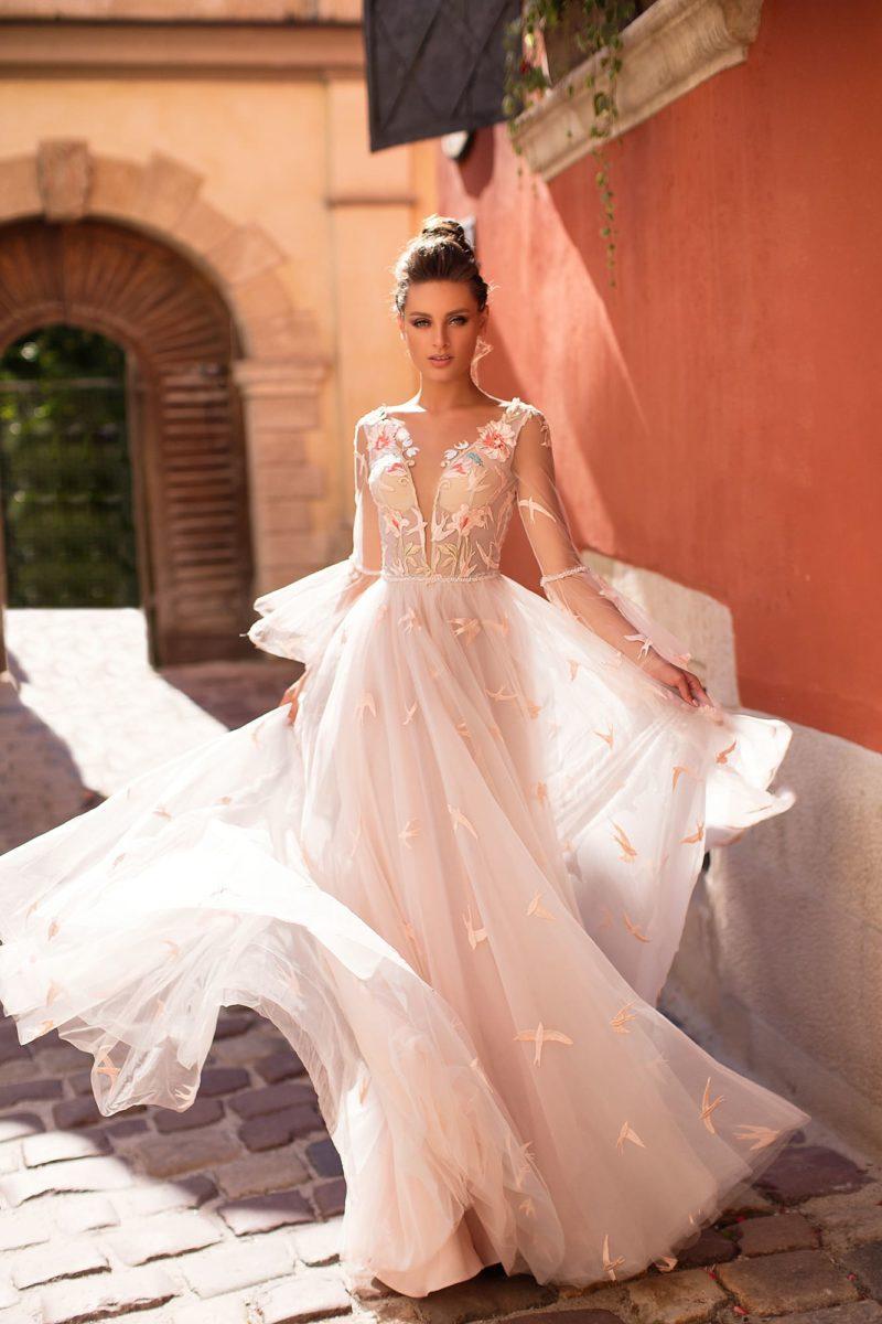 Пудровое вечернее платье с многослойной юбкой